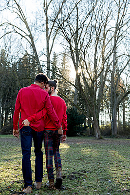 Gay couple in park - p787m2115280 by Forster-Martin