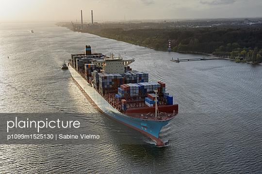 Containerschiff auf der Elbe bei  Anfahrt in den Hafen Hamburg  - p1099m1525130 von Sabine Vielmo