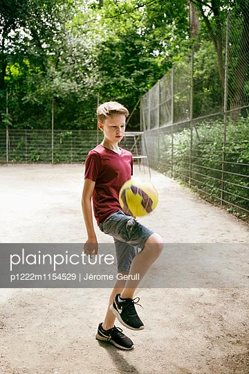 Junger Fußballspieler - p1222m1154529 von Jérome Gerull