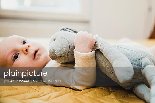 Baby mit Kuscheltiuer - p904m2063441 von Stefanie Päffgen
