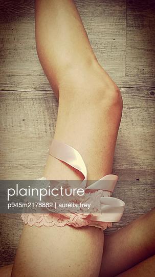 Frauenbein mit Strumpfband - p945m2178882 von aurelia frey