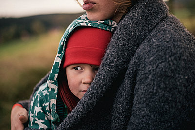Mother and son - p1046m2053655 by Moritz Küstner