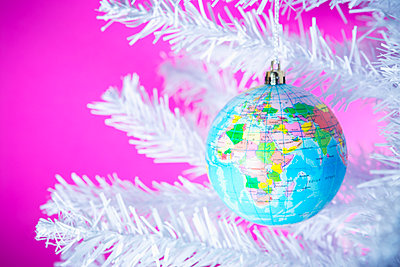Christmas bauble in the shape of a globe - p1149m2038757 by Yvonne Röder