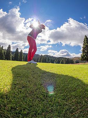 Golfer on golf course at backlight - p300m1192434 by Albrecht Weisser