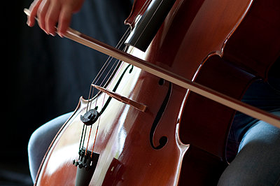 Girl playing cello - p310m1039663 by Astrid Doerenbruch