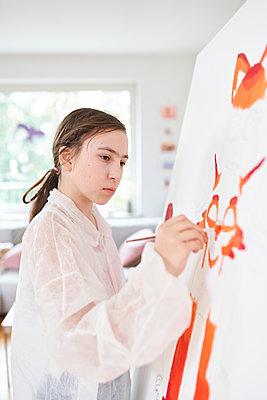 Girl painting on canvas - p430m2151134 by R. Schönebaum
