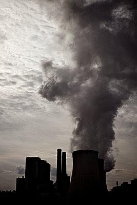 Kraftwerk und rauchende Schlote - p586m1004332 von Kniel Synnatzschke