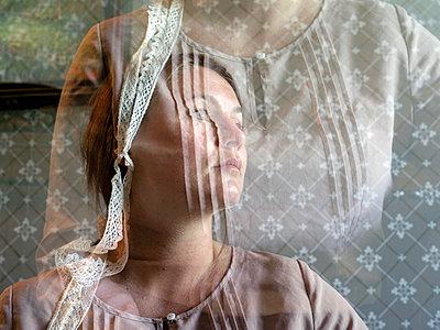 Woman, portrait - p945m1497401 by aurelia frey