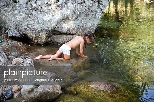 Little girl - p1105m2200656 by Virginie Plauchut