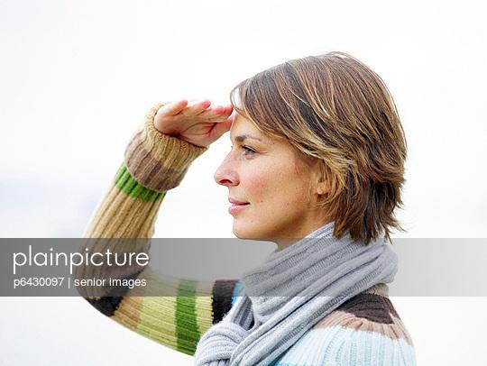 Portrait einer Frau an einem See  - p6430097 von senior images