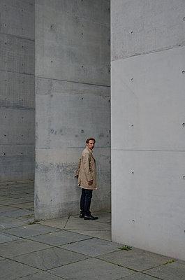 Mann im Trenchcoat - p1649m2232084 von jankonitzki