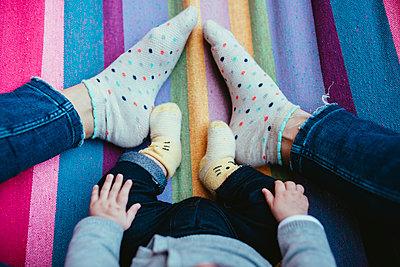 Feet of mother and baby girl on a hammock - p300m1449728 by Gemma Ferrando
