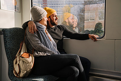 Young couple in a subway looking out of window - p300m2155166 by Hernandez and Sorokina