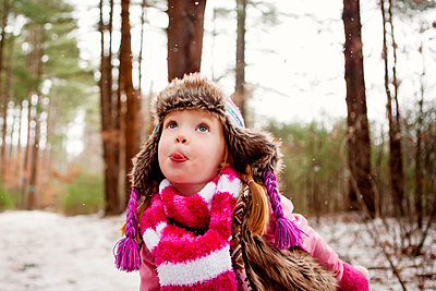 Caucasian girl catching snow on tongue - p555m1311403 by Shestock