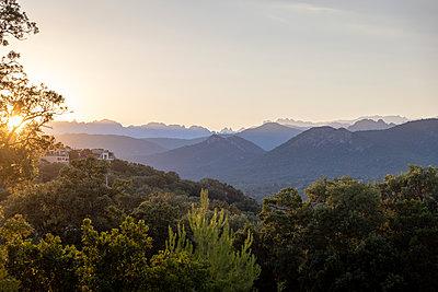 Mountain range at sunrise, Corsica - p756m2295401 by Bénédicte Lassalle