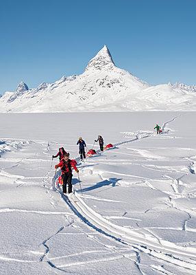 Greenland, Schweizerland Alps, Kulusuk, Tasiilaq, ski tourers - p300m1587428 von Alun Richardson