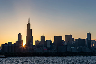 USA, Illinois, Chicago, Skyline, Willis Tower and Lake Michigan at sunset - p300m2219269 by Fotofeeling