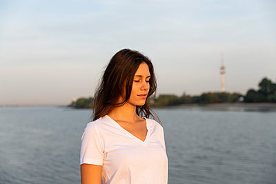 Young woman at the Elbe river, portrait - p341m2210464 by Mikesch