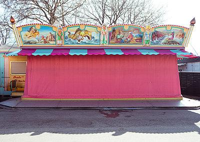 Geschlossenes Kinderkarussell - p432m1563460 von mia takahara
