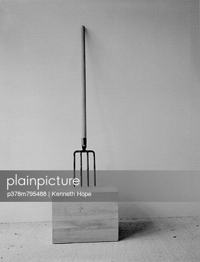 Garden fork on block - p378m795488 by Kenneth Hope