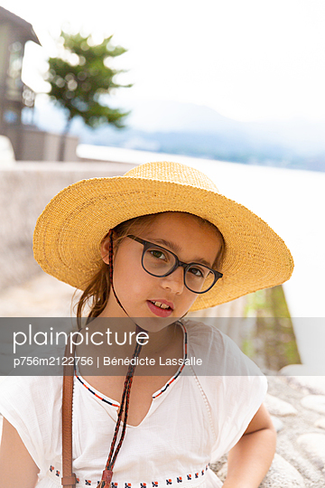 Portrait of girl with straw hat - p756m2122756 by Bénédicte Lassalle