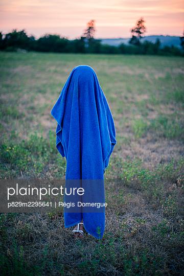 Hiding - p829m2295641 by Régis Domergue