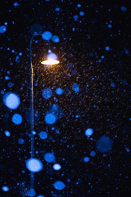 Schneeflocken bei Nacht - p1149m1511201 von Yvonne Röder