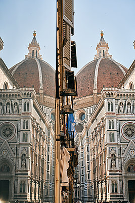 Facade of cathedral and dome with identical reflection - p1166m2136643 by Cavan Images