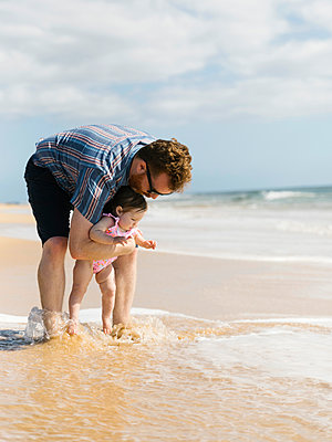 Father with his baby girl on beach - p1427m2109833 by Jessica Peterson