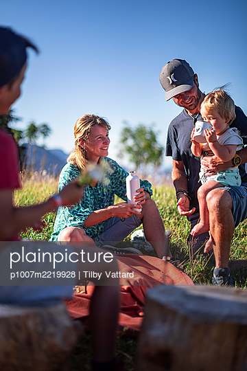 Family has a picnic in the mountains, France - p1007m2219928 by Tilby Vattard