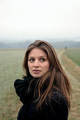 Frau am Feld - p1356m1207859 von Markus Rauchenwald