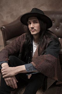 Junger Mann mit Hut - p341m1218763 von Mikesch