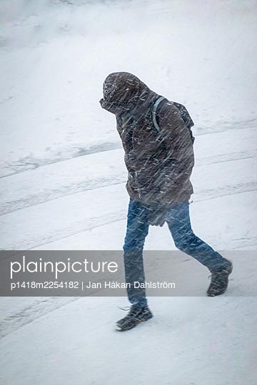 Mann im Schneesturm - p1418m2254182 von Jan Håkan Dahlström