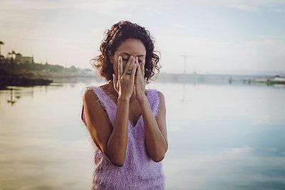 Unglückliche junge Frau am Flussufer - p1150m2158810 von Elise Ortiou Campion