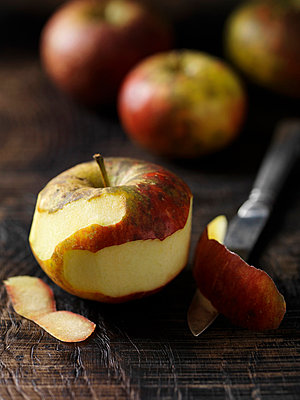 Apple and peel with knife on board - p429m817294 by Danielle Wood
