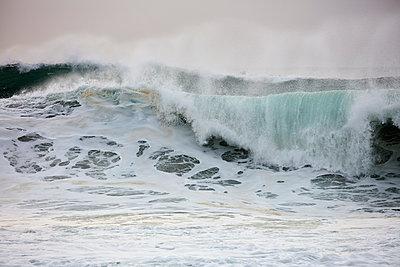 Brechende Wellen am Strand von Nazaré - p719m2081935 von Rudi Sebastian