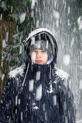 Teenager im Schnee - p879m1538806 von nico