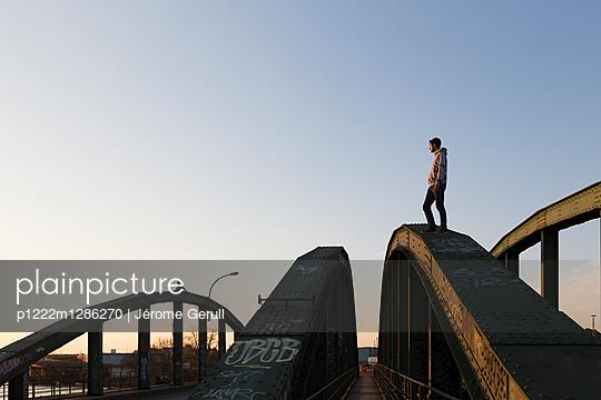 Mann auf einer Brücke - p1222m1286270 von Jérome Gerull