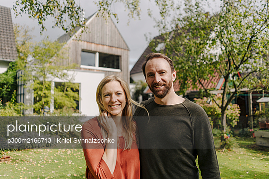 Happy couple standing in their garden - p300m2166713 by Kniel Synnatzschke