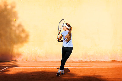 Teenage girl playing tennis on court - p300m1356076 by Valentina Barreto