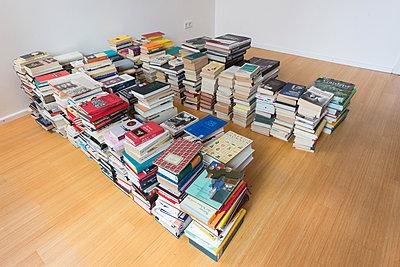Bücherstapel - p305m1586704 von Dirk Morla
