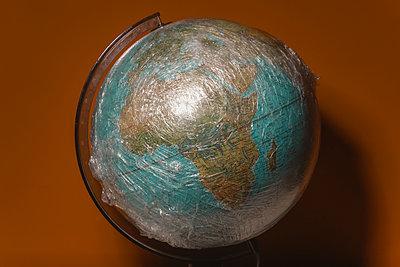 Plastikfolie um einen Globus gewickelt - p750m2192497 von Silveri
