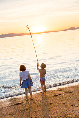 Two children playing at Crown Beach, USA - p756m2053395 by Bénédicte Lassalle