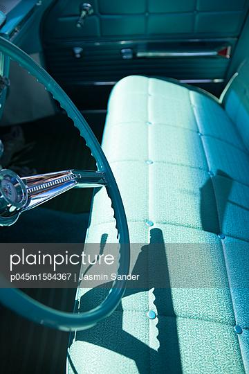 Sitzbank eines Buick Oldtimers - p045m1584367 von Jasmin Sander
