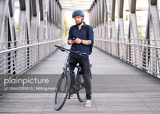 Bicycle courier using smartphone - p1124m2053013 by Willing-Holtz