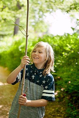 Junge findet Ast zum Schnitzen - p1195m1138100 von Kathrin Brunnhofer