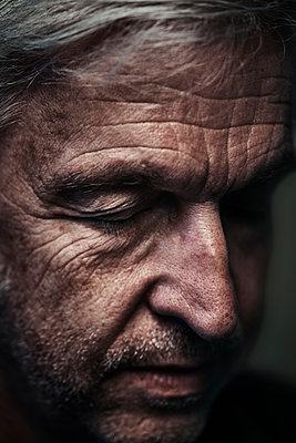 Mature man with closed eyes, portrait - p1312m2237639 by Axel Killian