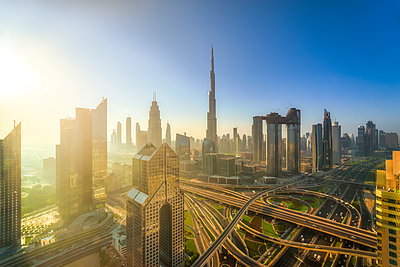 United Arab Emirates, Dubai, Burj Khalifa at sunrise - p300m2081490 by Scott Masterton