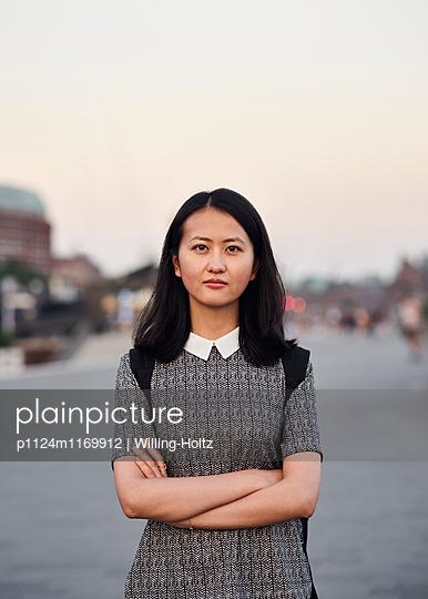 Portrait Asiatin in der Stadt - p1124m1169912 von Willing-Holtz