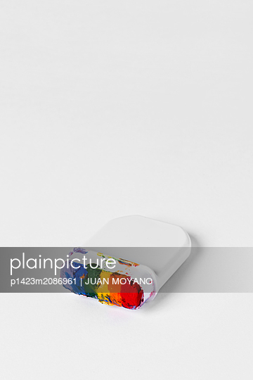 Rainbow flag paint stick on a white background - p1423m2086961 von JUAN MOYANO